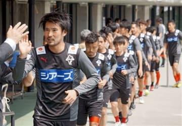 1日の新潟戦で、新たな入場曲に合わせてウオーミングアップに向かう選手たち=えがお健康スタジアム
