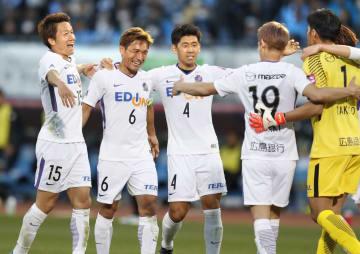 川崎に勝利し、喜ぶ青山(左から2人目)ら広島イレブン=等々力