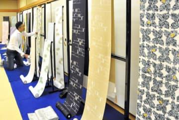 150柄300枚の型染めが並ぶ小糸染芸の創業150周年記念展(京都市中京区・京都文化博物館)