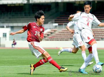 決勝 矢板中央―浦和南 後半35分、浦和南の狩集(左)がゴール前にクロスを上げる