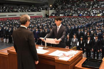 新入生を代表して宣誓する江面恭佑さん=水戸市新原