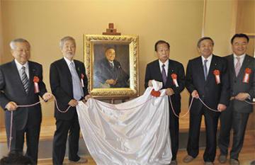 肖像画の除幕を行う中崎町長(中央左)と二階幹事長(中央)ら