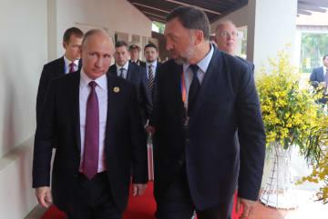 ロシアのプーチン大統領(左)と歩くアルミニウム企業「ルスアル」のデリパスカ社長=2017年11月、ベトナム・ダナン(タス=共同)