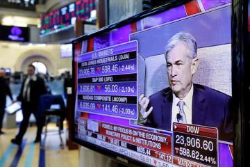 ニューヨーク証券取引所に置かれたモニターに映る米連邦準備制度理事会(FRB)のパウエル議長=6日(AP=共同)