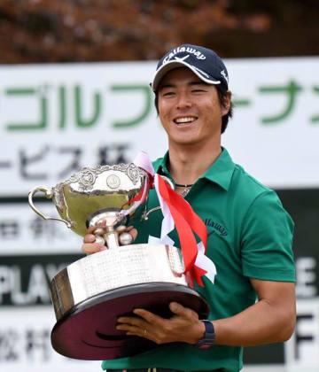 第47回千葉オープンゴルフトーナメントJCサービス杯で初優勝した石川遼選手=6日午後、成田市の太平洋クラブ成田コース
