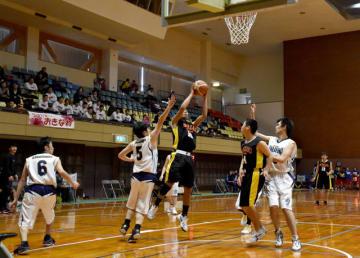 鹿児島県チームとの対戦でシュートを放つ本県選抜の選手=7日午後、宮崎市・県体育館