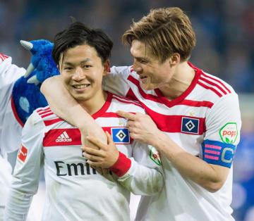 シャルケに勝利し喜ぶハンブルガーSVの伊藤(左)と酒井高=ハンブルク(共同)