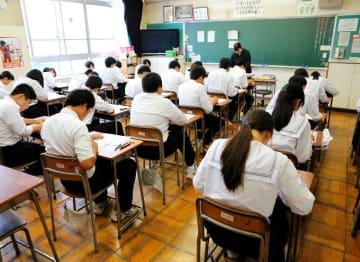 英検に臨む中学3年生。県立高入試の加算制度導入で9割超の生徒が受験し、3級以上の取得率も大幅に伸びた=2017年10月、福井県福井市光陽中
