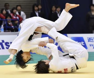 女子52キロ級準決勝で角田夏実(下)に敗れた阿部詩=福岡国際センター