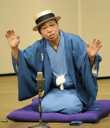 高座に上がる月亭可朝さん=2012年3月、神戸市中央区