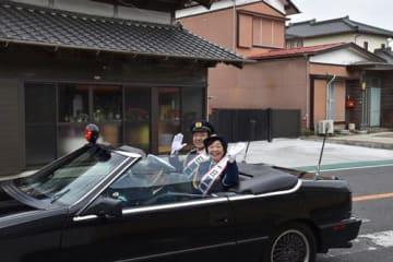 一日警察署長としてオープンカーに乗り込み、市内で啓発活動する増田さん夫妻=いすみ市