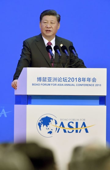 「博鰲アジアフォーラム」年次総会の式典で演説する中国の習近平国家主席=10日、中国海南省博鰲(共同)