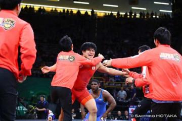 125kg級の勝利でチームの勝利が決定! 山本泰輝(拓大)に駆け寄る日本選手