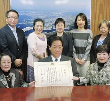 吉田市長に喜びの報告を行った「はっぴー子育て応援団」のメンバー(写真提供/三浦市)