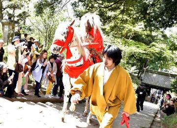 白馬にまたがり、石段を上るマダラ鬼神=桜川市大木