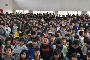 桃山学園の開校式で、新校歌を歌う児童生徒たち=桜川市真壁町伊佐々