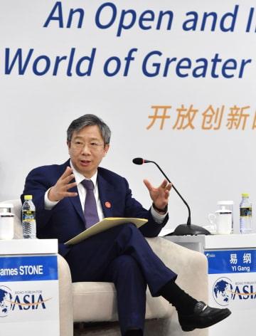 「博鰲アジアフォーラム」年次総会で発言する中国人民銀行の易綱総裁=11日、中国海南省博鰲(共同)