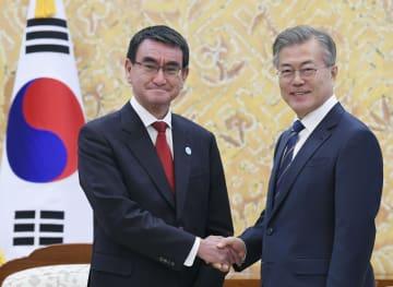 会談を前に韓国の文在寅大統領(右)と握手する河野外相=11日、ソウル(共同)