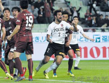 神戸―浦和 後半ロスタイム、浦和のマウリシオ(2)が決勝ヘッドを決め喜びながら駆けだす