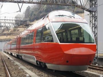 小田急電鉄の特急用車両「ロマンスカーGSE70000形」=2月23日午後、東京都多摩市(筆者撮影)