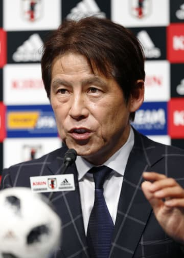 就任記者会見に臨むサッカー日本代表の西野朗新監督=12日午後、東京都文京区