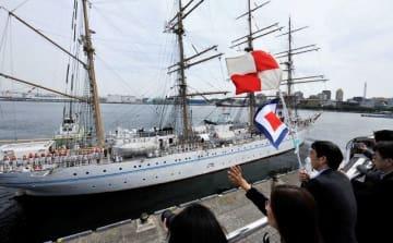 家族らの見送りを受けて出港する帆船海王丸 =大さん橋国際客船ターミナル