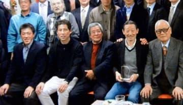 日本代表監督時代の教え子らと記念撮影する二宮さん(前列中央)。左隣が西野新監督=2012年1月、東京都内