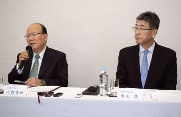 記者会見するUACJの山内重徳会長(左)と岡田満社長=13日午後、東京都中央区