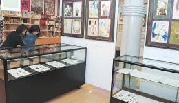 会場に展示された竹宮さんの直筆原画や精巧な複製原画