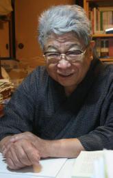 河北新報社の取材で、戦時中の思い出を話す野添さん=2010年