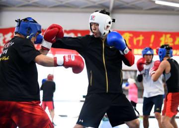 ボクシングのアジアユース選手権に向けて汗を流す日章学園高の堤龍之介=13日、日章学園ボクシング場