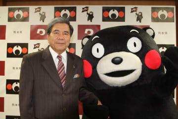 蒲島郁夫熊本県知事(左)とくまモン(写真:在香港日本国総領事館)