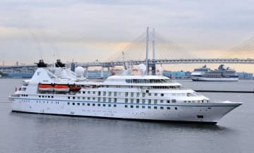 横浜港に初入港した「スター・レジェンド」(手前)と「セレブリティ・ミレニアム」=14日午前5時44分、大さん橋
