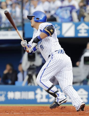 1回DeNA2死一、三塁、宮崎が右中間に先制の2点二塁打を放つ=横浜