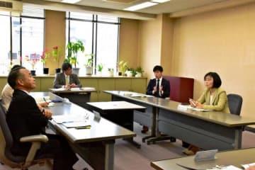 いじめ防止策について意見を交わす「県いじめ問題対策委員会」の委員=16日午前、県庁