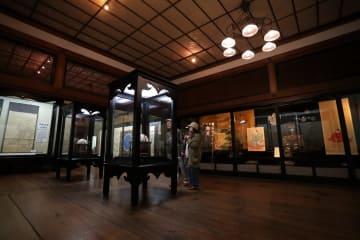 貴重な文献などを収蔵している松浦史料博物館=平戸市鏡川町