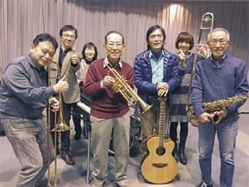 城所会長(左から4番目)とバンドメンバー