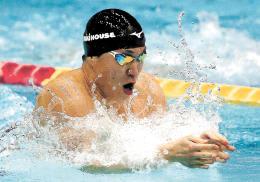 男子100メートル平泳ぎ決勝で力泳する小関。5連覇を果たした=4日、東京辰巳国際水泳場