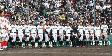 気丈に前を向いて、智弁和歌山の校歌斉唱を聞く創成館の選手たち=甲子園