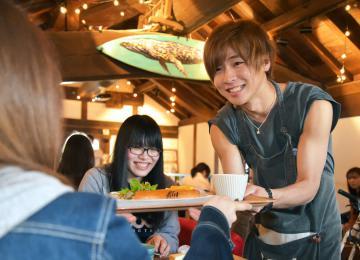 ADACHI HOUSE CAFEで一日店長を務める安達勇人さん=笠間市笠間