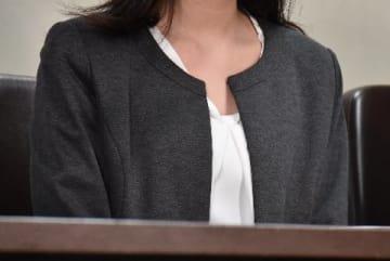 口頭弁論後に東京・霞が関の司法記者クラブで会見した女性