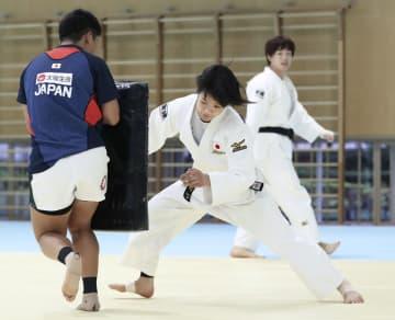 タックル練習をする阿部詩(中央)=味の素ナショナルトレーニングセンター