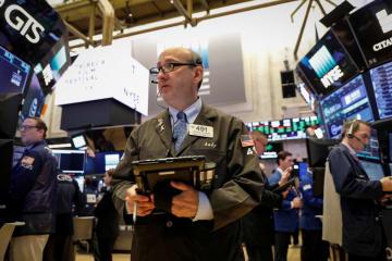ニューヨーク証券取引所のトレーダー=18日(ロイター=共同)