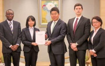 福田市長に年次報告書を手渡すヘイ・ジャフィ委員長(左から2人目)ら市外国人市民代表者会議のメンバーら=川崎市役所