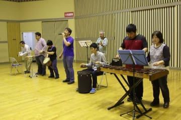 本番に向けて練習するメンバーら=横須賀市本町