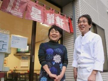 店の前で思い出を語る佐々木さん(右)と妻妙子さん(石川崇子撮影)