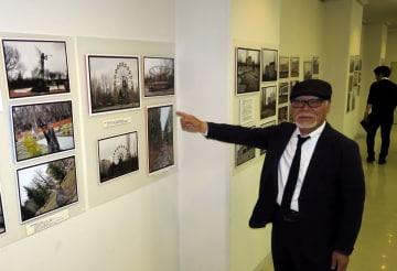 チェルノブイリ原発事故現場周辺を撮影した写真展を開いている小川さん=佐世保市、島瀬美術センター