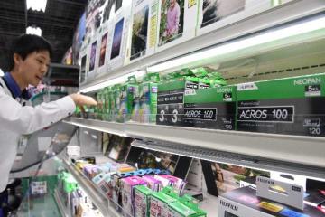 10月の出荷終了が発表された富士フイルムの白黒フィルム=13日午後、宇都宮市駅前通り1丁目の「ヨドバシカメラマルチメディア宇都宮」