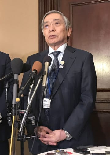 G20財務相・中央銀行総裁会議の開幕を前に記者会見する日銀の黒田総裁=19日、ワシントン(共同)