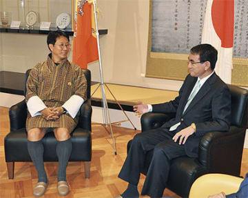 旧吉田邸「金の間」で会談する両国外相